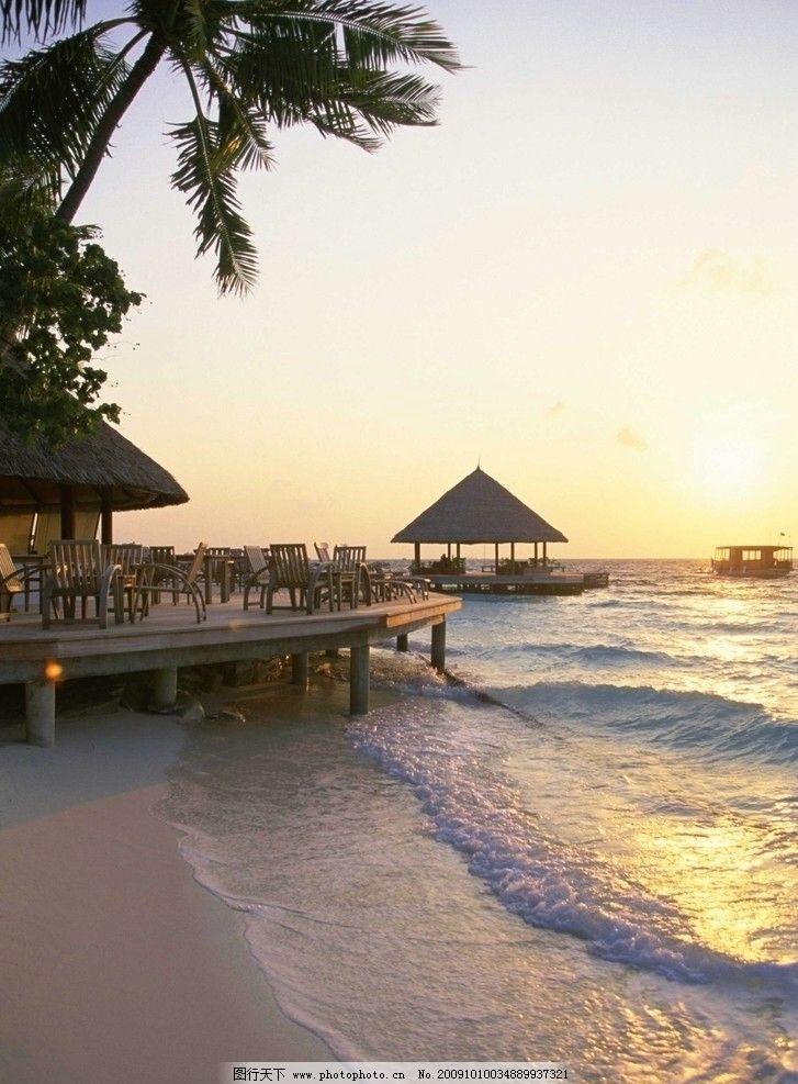 火红 潮水 太阳 植物 树木 亭子 休闲 台面 桌子 椅子 帆船 沙滩风景