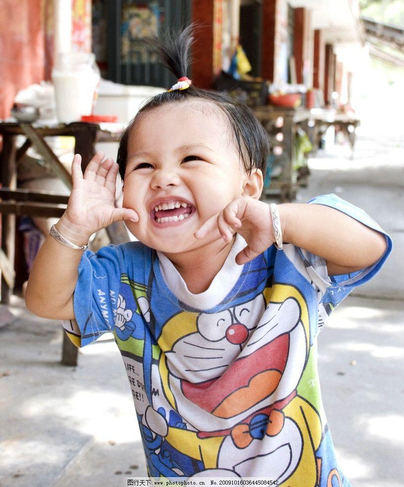 可爱宝宝 儿童 幼儿 女孩 可爱 宝宝 树 微笑 手 人物 天真 幼儿园