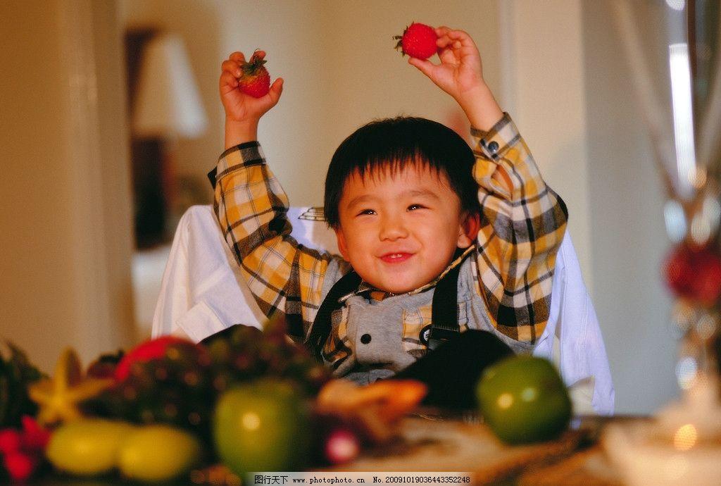 童趣5 儿童 男孩 笑脸 可爱 水果 草莓 橘子 亮晶晶的眼睛 红色 儿童