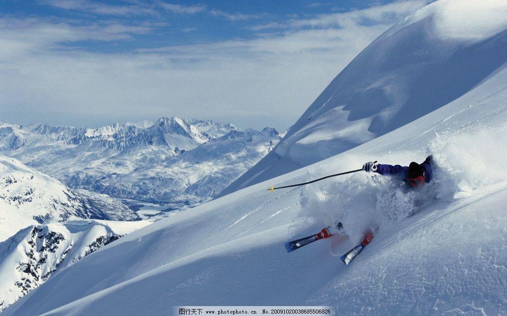 冬日运动 滑雪 滑雪服 滑雪板 滑雪设备 人 雪 蓝天 底图 雪山 体育