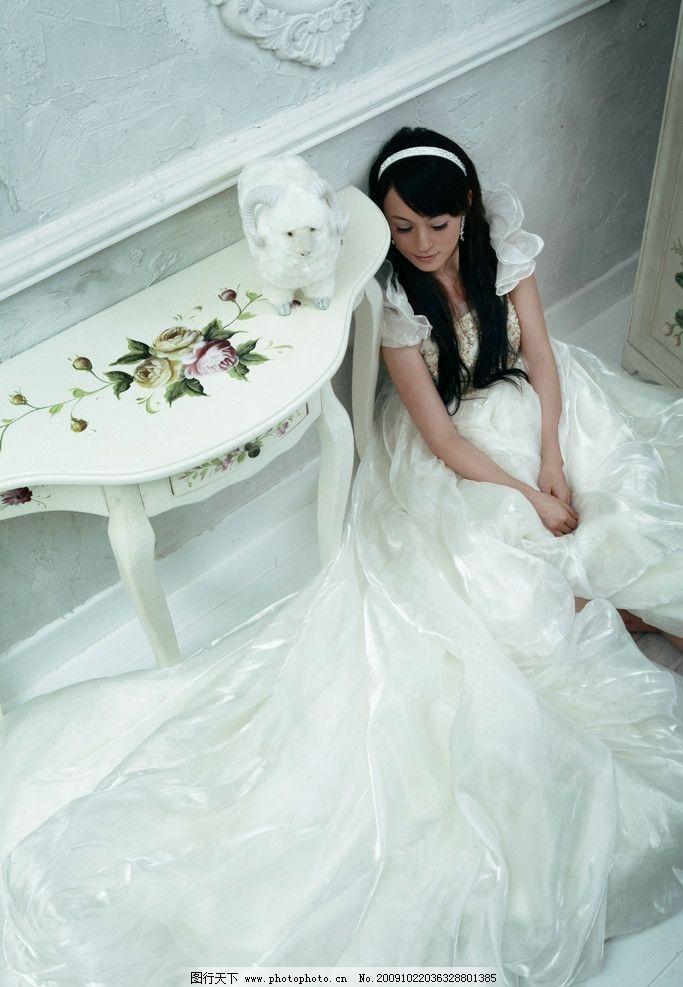 思念 婚纱 美女 欧式茶几 维也纳风格 人物摄影 人物图库 摄影 350dpi