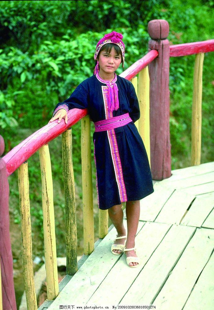 傣族姑娘 女孩 农村 山村 扶着栏杆 站着 站立 女性女人 摄影