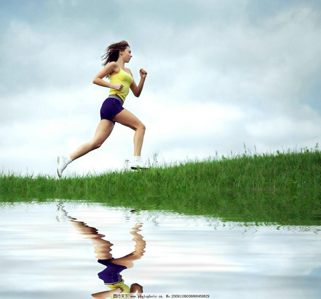 运动装扮跑步美女侧面