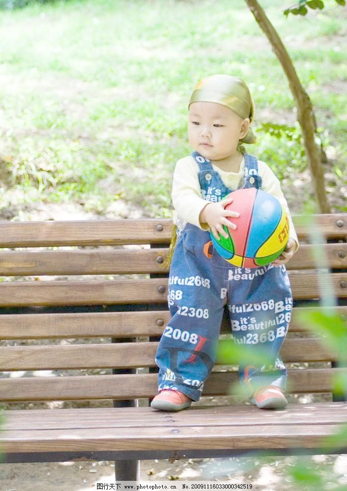 可爱的宝宝之抱球 可爱宝宝 木椅 连椅 站立 篮球 彩色篮球 抱球 绿色