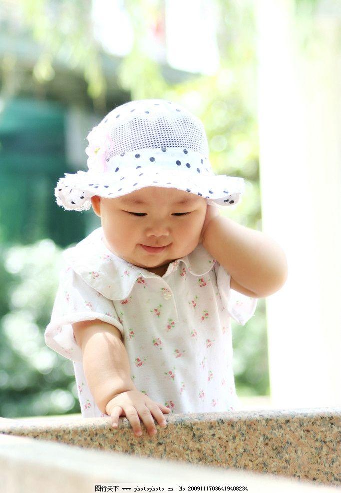 可爱宝宝捂耳朵 站立 背景虚化 儿童 幼儿 外景摄影 微笑 笑容