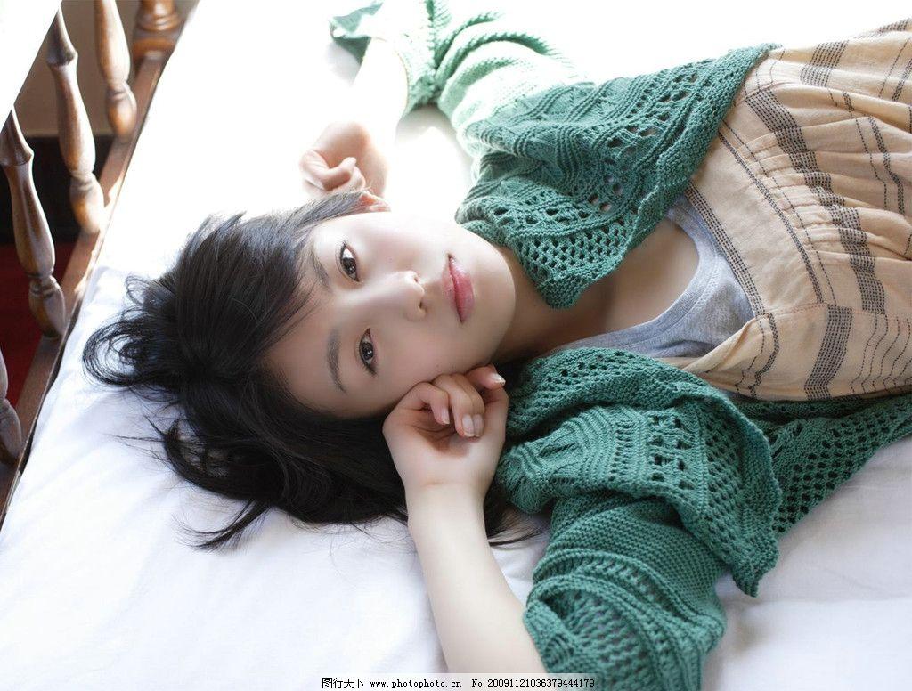 清纯美女 青春 可爱 性感 长发 休闲 床上美女 大图 摄影图