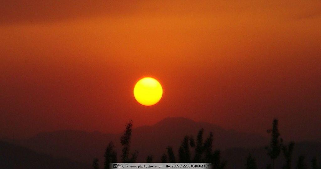 落日 夕阳 太阳 天 云 风景 背景 阳光 晚霞 山 树 远景 自然风景