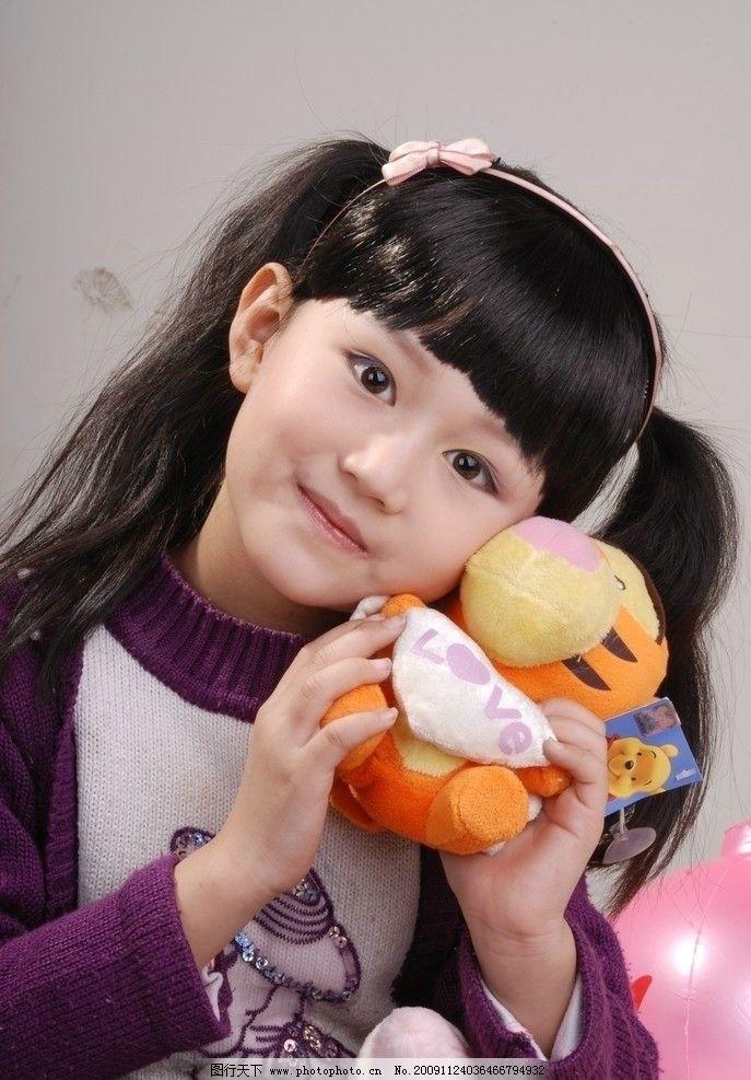 女孩 可爱 长辫子 玩具 微笑 儿童幼儿 摄影图库 人物