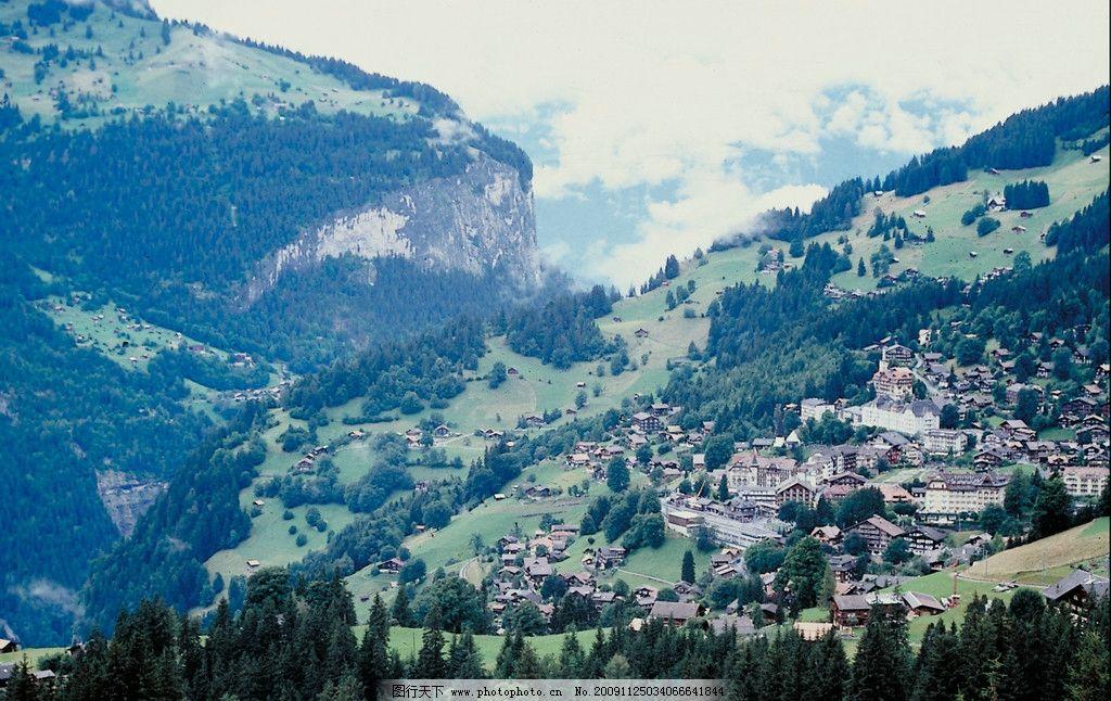 奥地利阿尔卑斯山下的小镇 天空 云 山 森林 小镇 草地 环境优美 国外