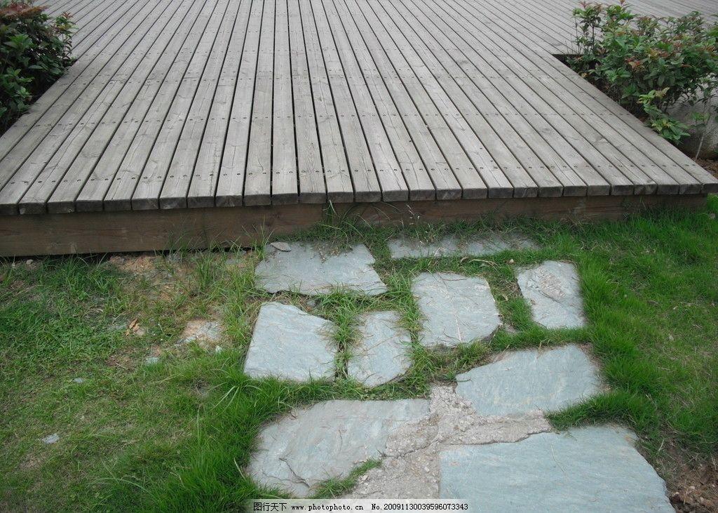 园路特写 园路 木质路 石路 草坪 完美结合 经典 园林建筑 建筑园林
