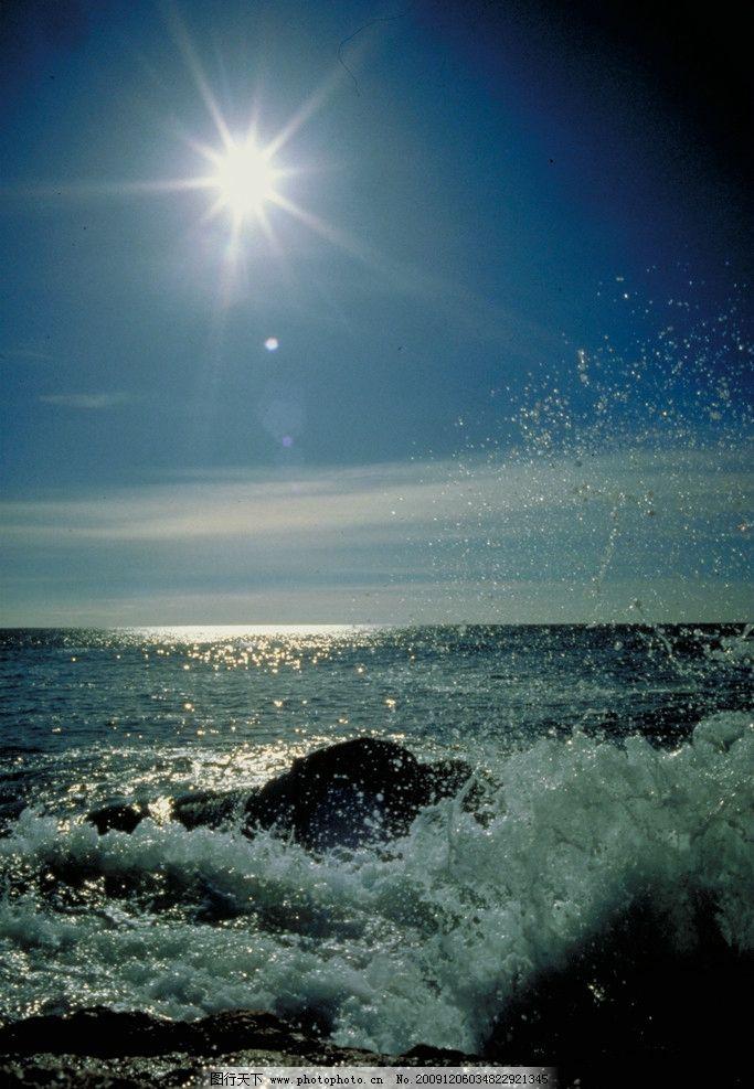 早晨阳光下的海 天空 太阳 白云 海浪 潮水 自然风景 自然景观