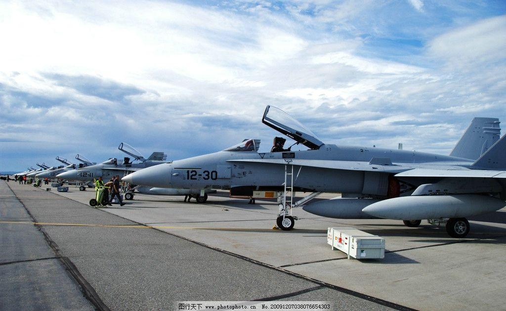 飞机场上的战斗机图片
