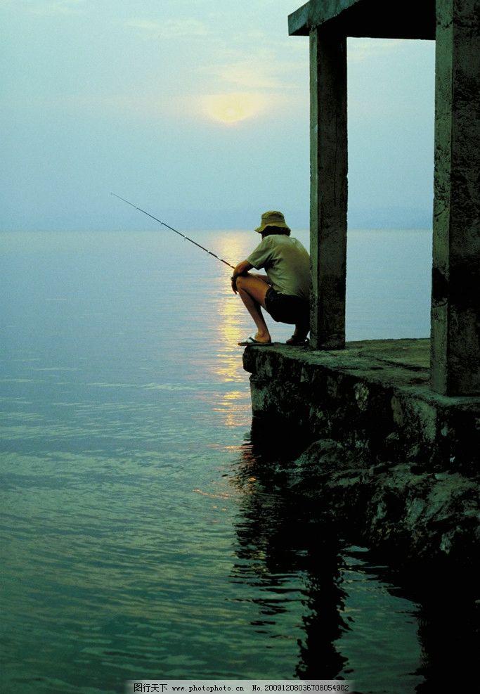早晨海边钓鱼的人 天空 海 宽广 太阳 阳光 人钓鱼 男性男人 人物图库