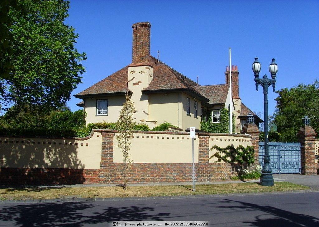 别墅 雪人 道路 树 蓝天 路灯 欧式建筑 欧式房子 房子设计 围墙 烟囱