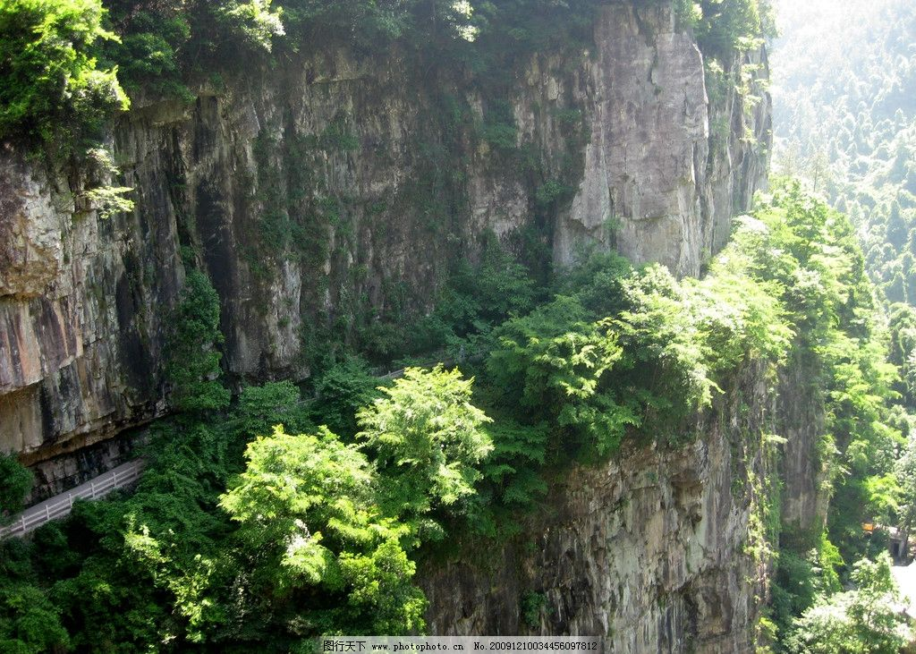 山水风景 大山 石壁 树木 阳光 小路 悬崖 自然景观 摄影 180dpi jpg