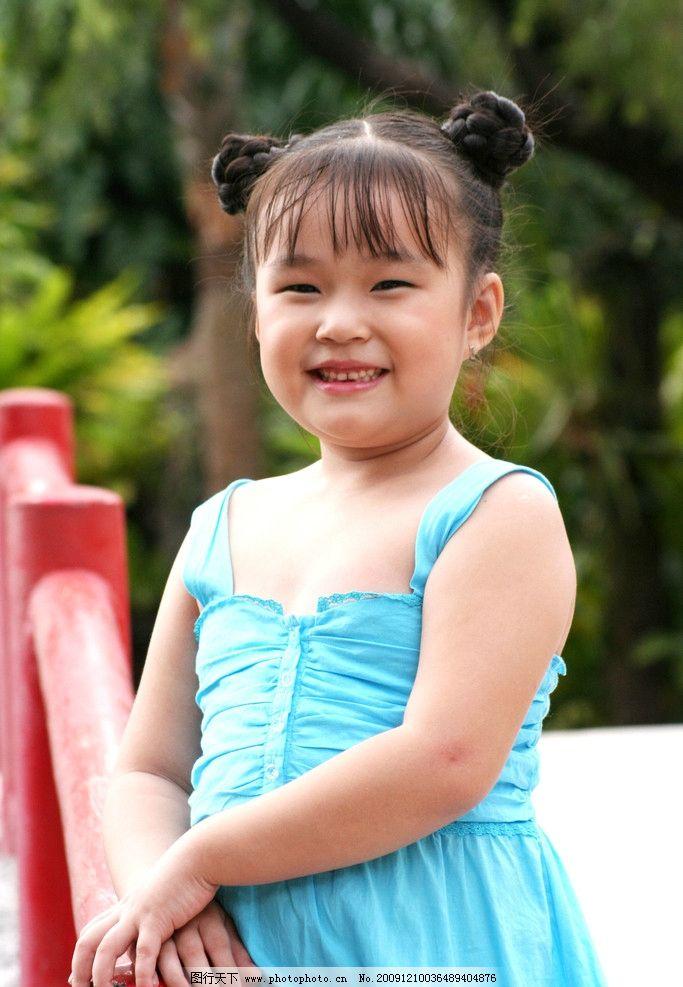 越南可爱小天使 纯真的微笑 身穿越南民族服装 (ao dai) 欢迎新的春天