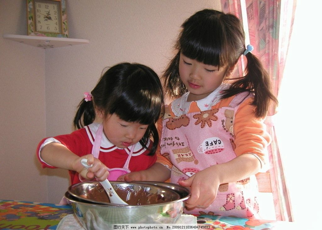 儿童做饭 小孩玩耍 小学生 儿童写真 厨艺 小女孩 姐妹 儿童幼儿 人物
