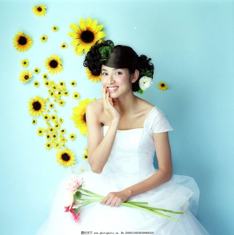 金粉佳人 漂亮新娘 美女 笑容 艺术照 婚纱照 背景 摄影 花朵