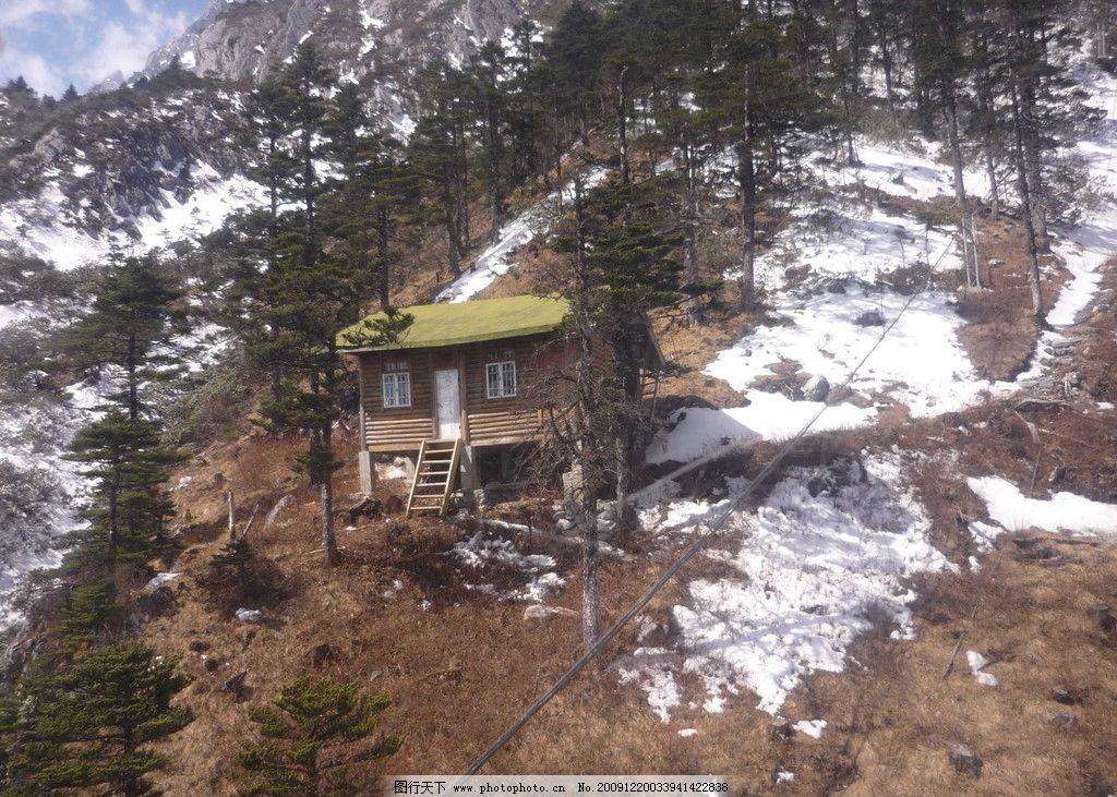 雪山上的小木屋图片