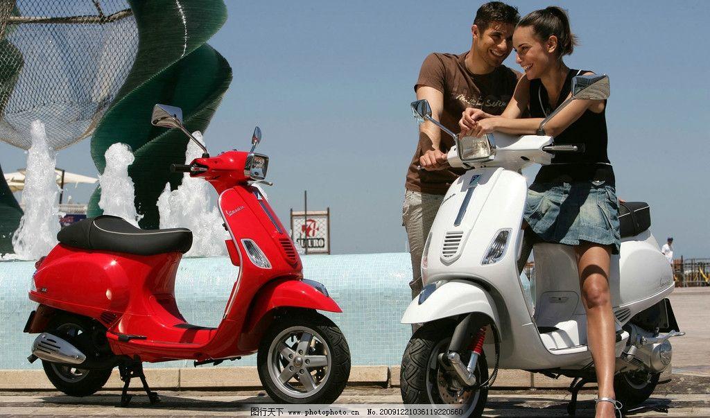 摩托车与情侣图片