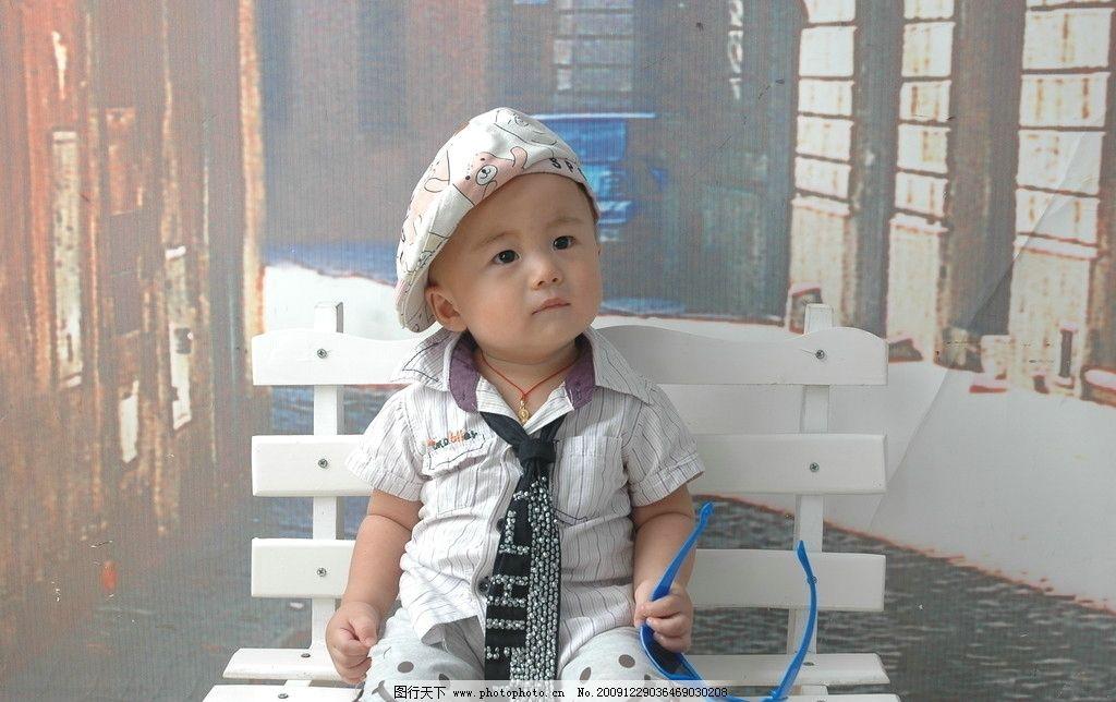 可爱宝宝 宝宝 小男孩 椅子 眼镜 帽子 小衬衫 领带 坐着 笑脸 儿童