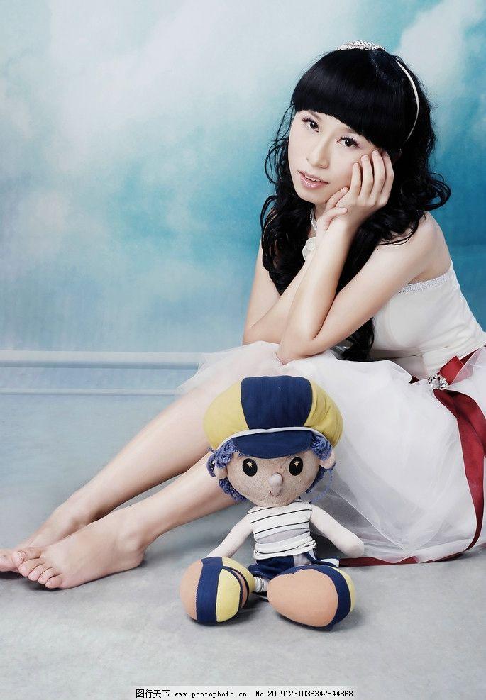 时尚美女 人物 女性 布娃娃 可爱 蓝色背景 人物摄影 人物图库
